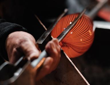 Lino Tagliapietra shaping a blown glass artwork.