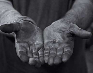 Black and white photo of Lino Tagliapietra's hands.